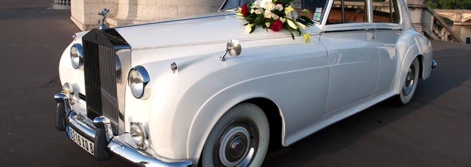 Rolls-Royce avec bouquet de fleurs naturelles